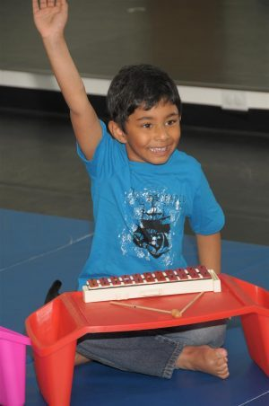 Photo-Kindermusik-BigKid-boy-glockenspiel-engaged-1000x1505-1000x1505